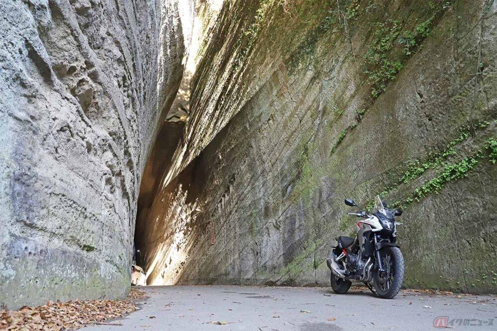 まるで古代遺跡のような素掘りトンネル 房総半島「燈籠坂大師の切通しトンネル」
