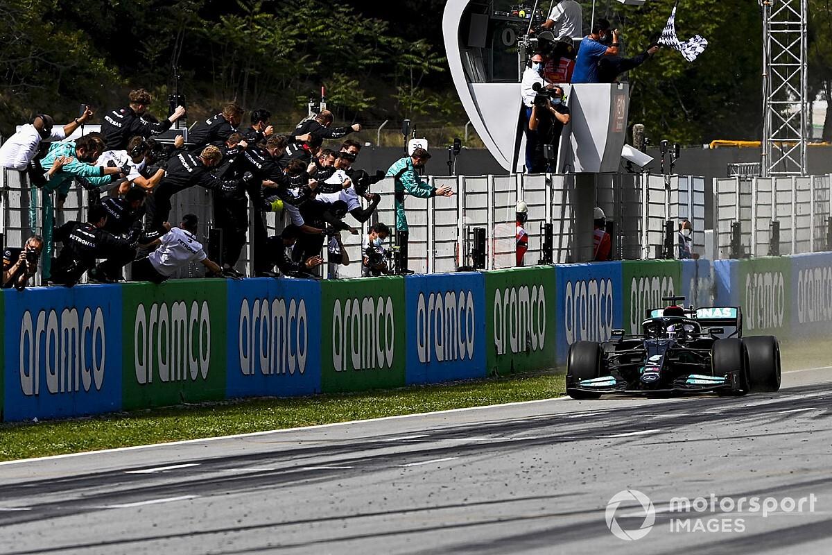 F1スペインGP決勝:2ストップ作戦を完遂、ハミルトンが優勝。フェルスタッペン2位、角田はトラブルでリタイア