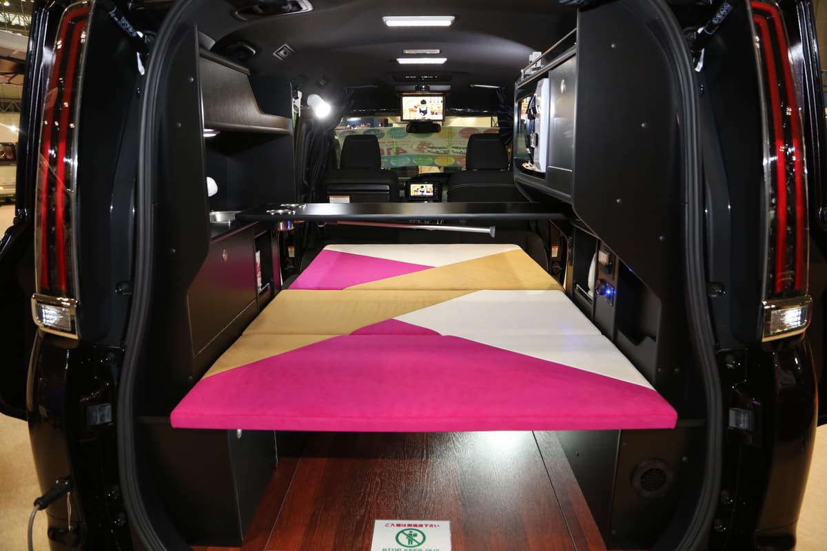 大人気のミニバン・キャンピングカー「街乗り、ときどき車中泊」に使えるスグレモノ6台