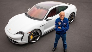 アポロ計画の宇宙飛行士、月面探査機以来のEVドライブを「ポルシェ タイカン」で体験【動画】