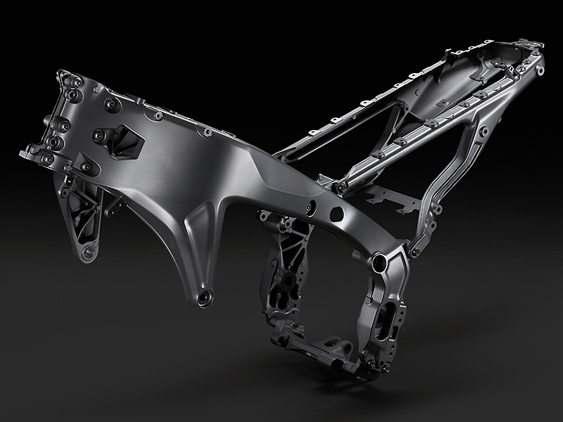 【ヤマハ】エンジンとフレームを刷新しフルモデルチェンジ! 新型「MT-09 ABS」を発表