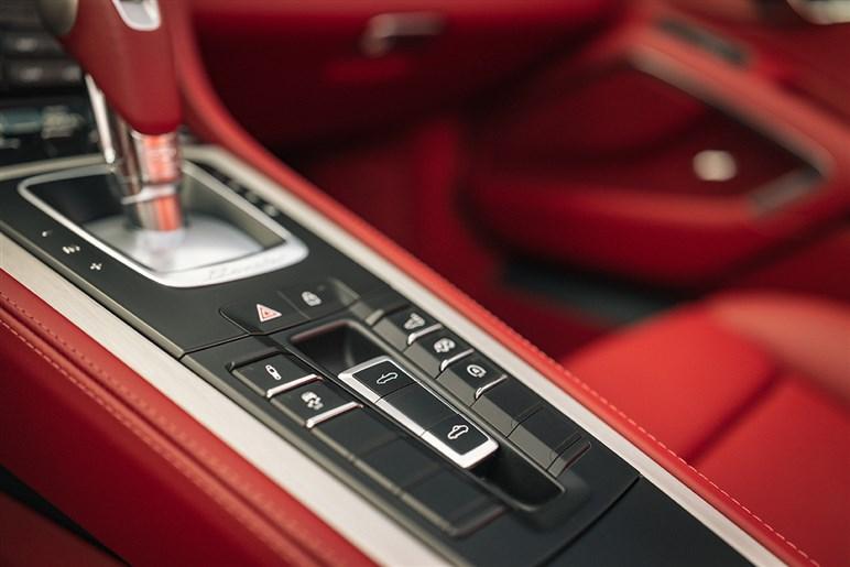 世界1250台限定「ポルシェ ボクスター」の25周年モデルに乗って、日本車とポルシェの歴史トリビアも思い出した