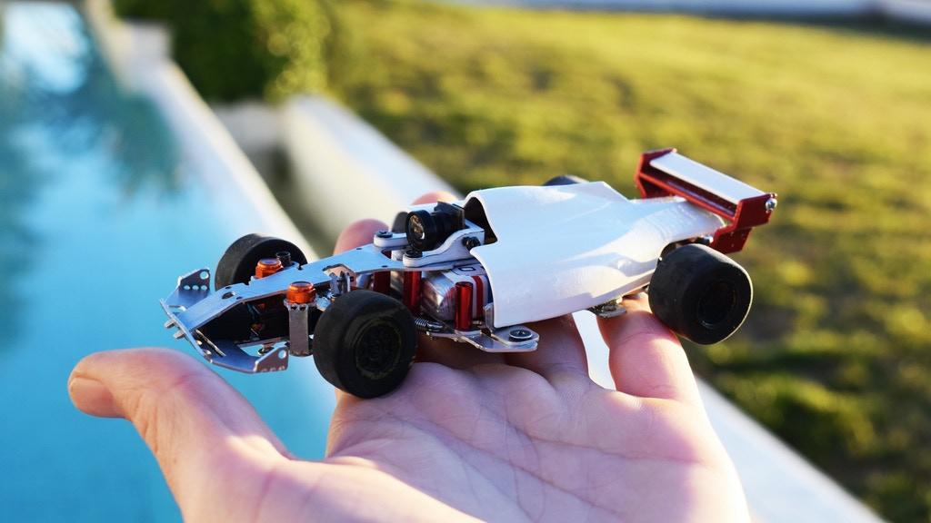 スマホの画面を見ながらドライバー視点で操縦できる小型カメラ付き本格ラジコン「マイクロツーリズモ」