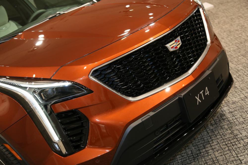 【RAV4サイズ!】キャデラックの新型SUV「XT4」日本発売 価格/サイズ/内装/スペックを解説
