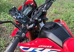 バイク専用デバイスホルダー「マウントシステム」がさらに進化。幅広い車種に対応し、林道ツーリングでも大活躍!!