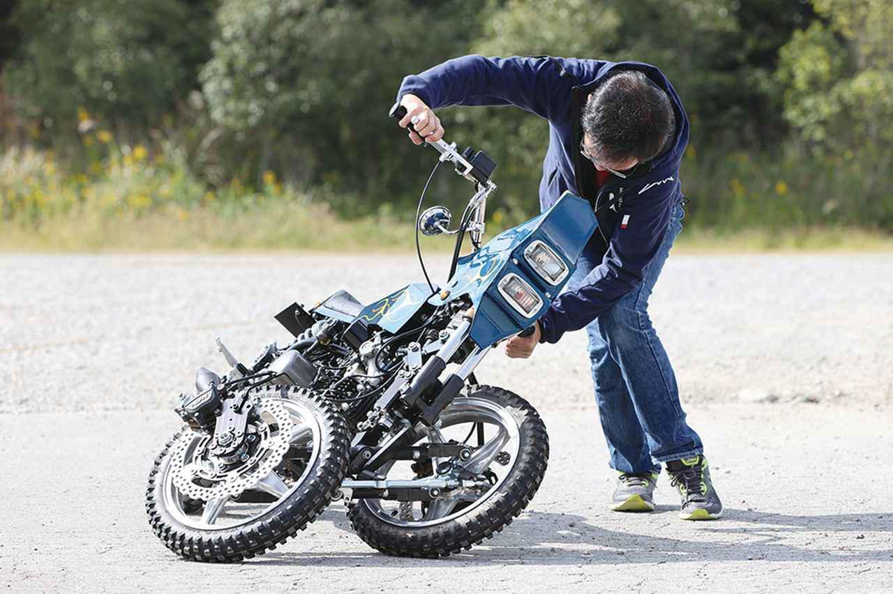 謎の三輪バイクを試乗レポート! カワサキ「Z125PRO」のエンジンを搭載した未来の乗り物!?