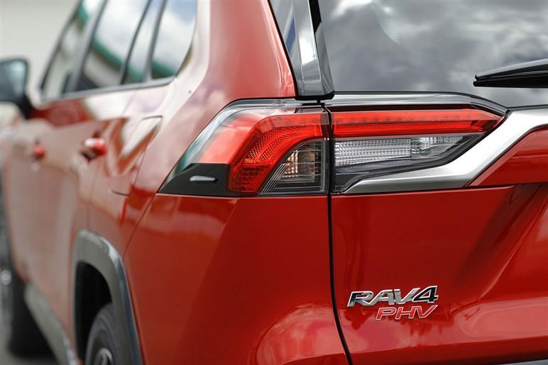 これはハリアーより…RAV4 PHVは新世代システム搭載で0-100=6秒、EV航続距離95kmの充実スペック