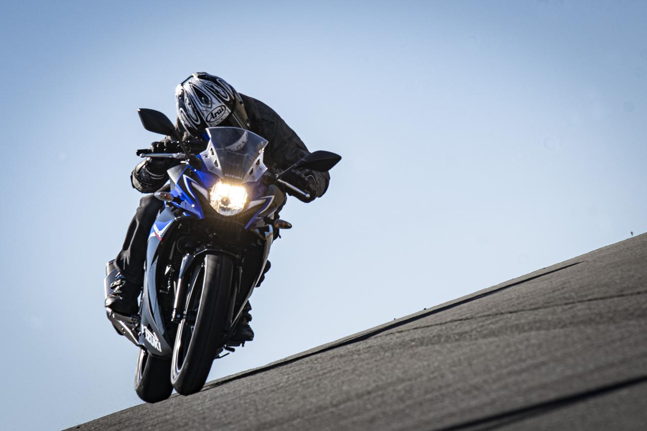 スズキの250ccバイク『GSX250R』はフルカウルなのにネイキッドみたいに運転しやすい!【SUZUKI GSX250R 試乗インプレ/レビュー 中編】