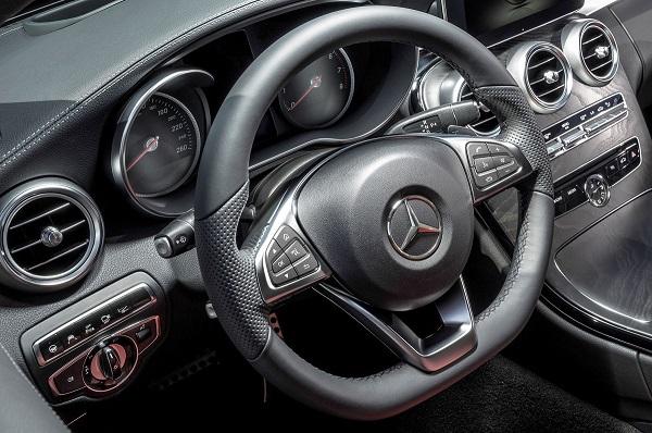 輸入車は右ハンドルでも「左」!! なぜ日本車のウインカーレバーは未だに「右側」なのか