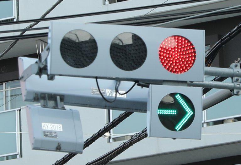 コストが安く長寿命! わざと見えづらくするタイプも登場! LED式信号機のメリットとデメリットとは?