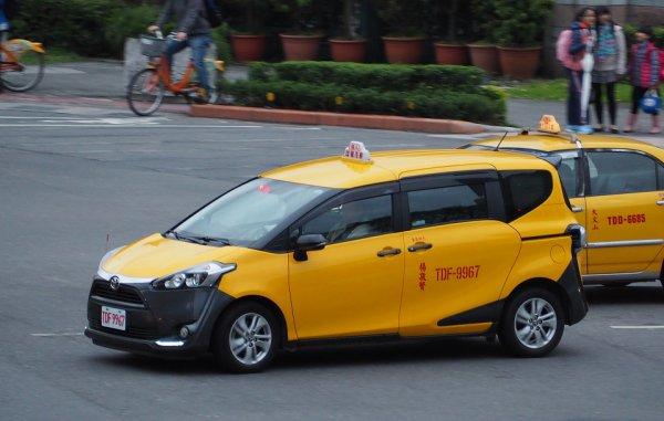 電動化と脱セダンの波 変わる世界のタクシー事情