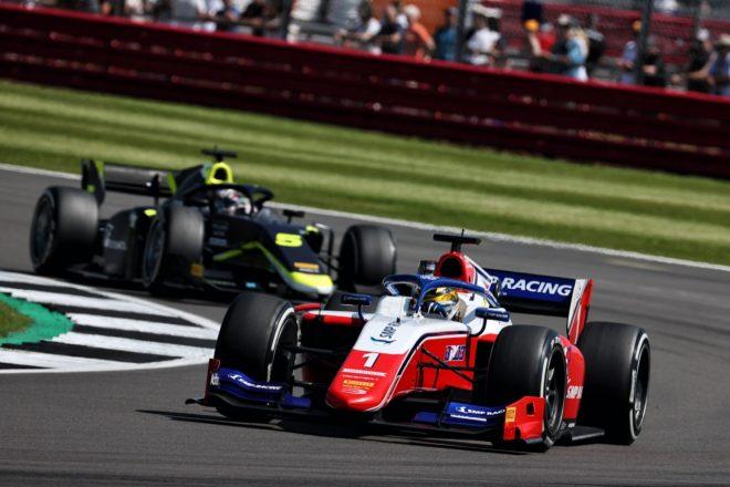 フェラーリ育成のシュワルツマンが2勝目。佐藤万璃音はトラブルに泣く【FIA-F2第4戦イギリス レース1】