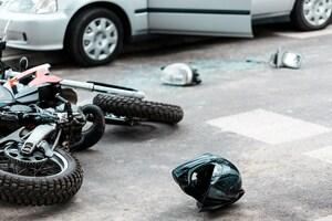 二輪車の死亡事故のほとんどを占める「四輪車との右直事故」はなぜ頻発するのか?