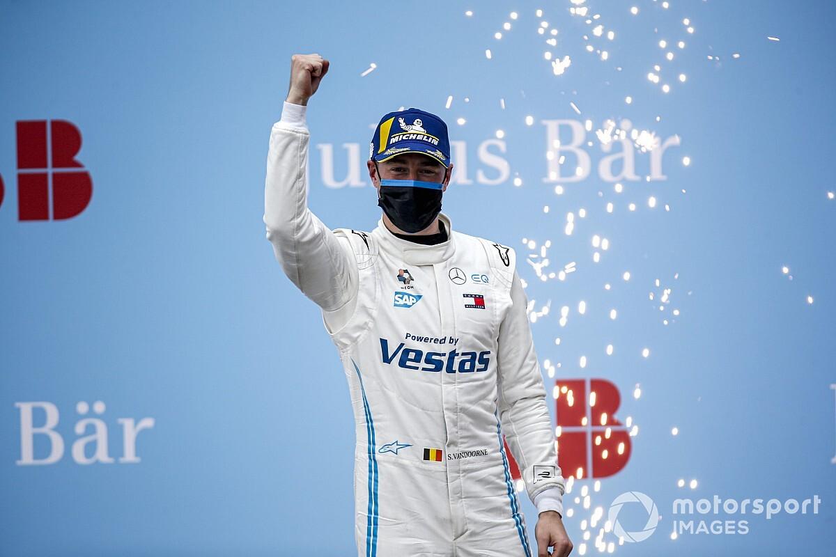 【フォーミュラE】ストフェル・バンドーン今季初優勝。前日のクラッシュで損傷したマシンを修復したチームに「感謝」
