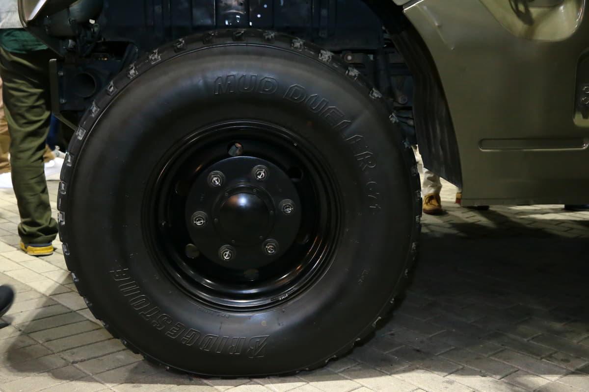 自衛隊員の移動に活躍! トヨタのメガクルーザー・ベースの「高機動車」は市販モデルとどう違う?
