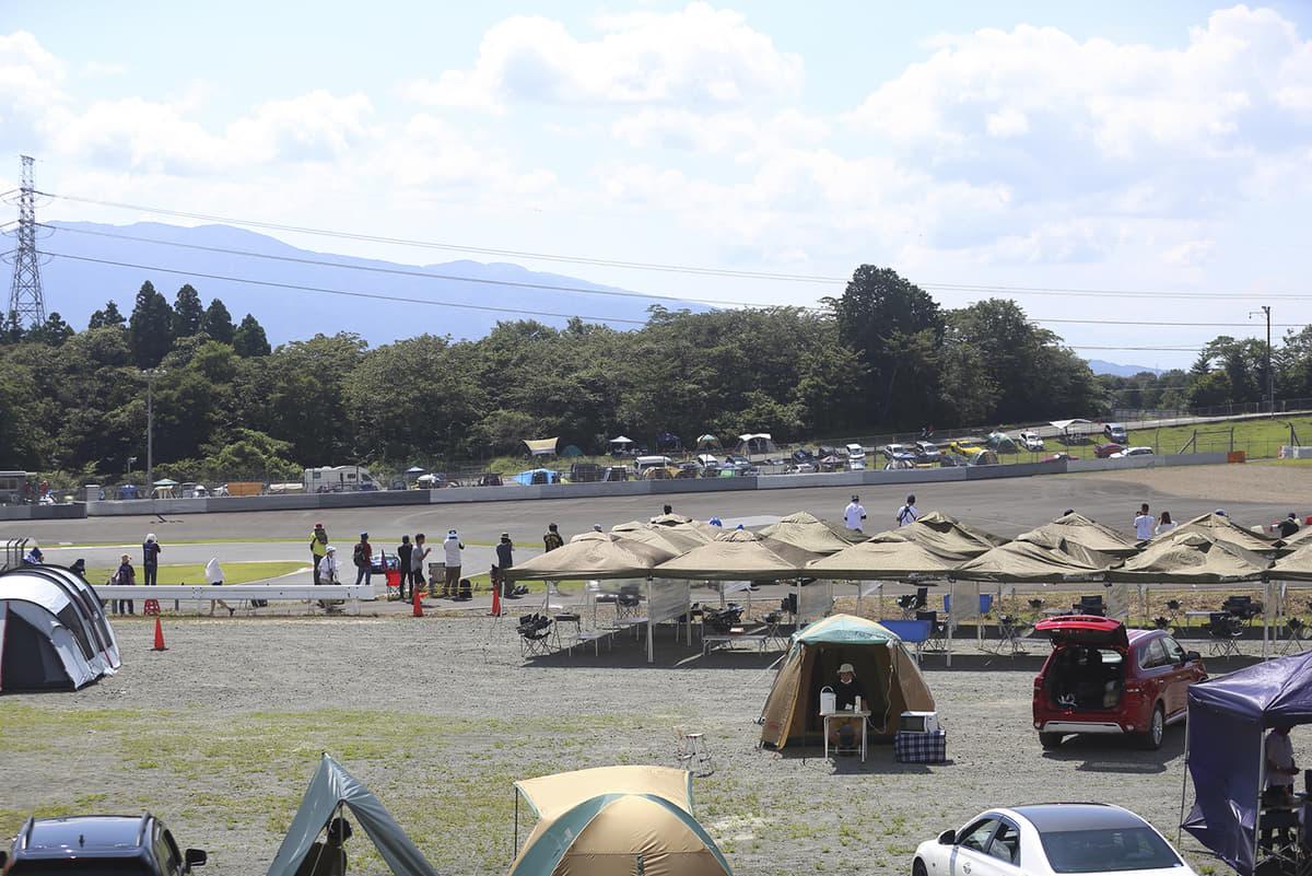 レース見ながらキャンプができる! ブーム到来の「レースキャン戦」が面白すぎる