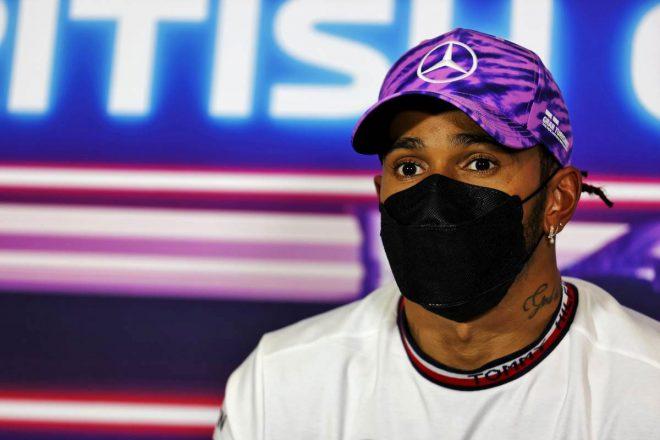"""フェルスタッペンとの接触後、ハミルトンへ人種差別的批判が相次ぐ。FIAやF1、メルセデスが""""可能な限り強い言葉""""で非難"""