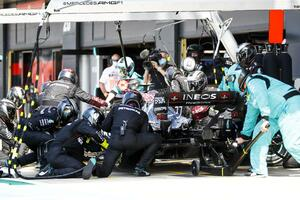 中継に映るのは氷山の一角! たった2台の「F1マシン」を走らせるのに関わる衝撃のスタッフ人数とは