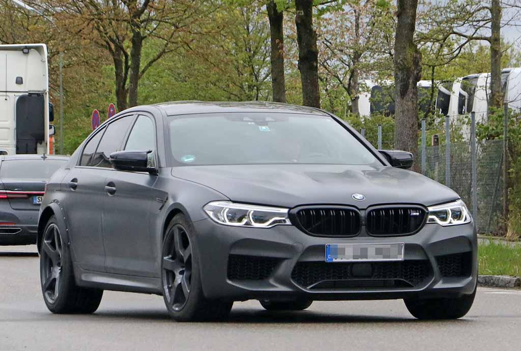 【スクープ】BMW最大幅のタイヤを装着したモデル、謎のM5プロトタイプは次期型か、それともスペシャルモデルか!?