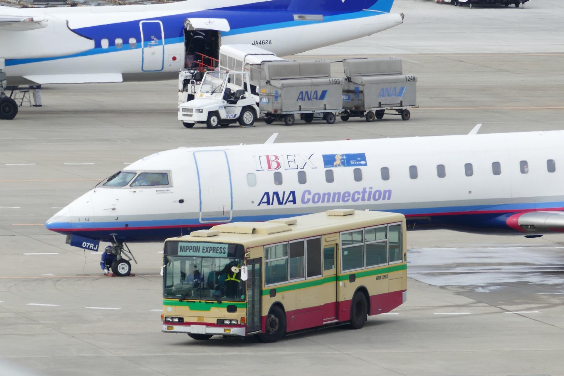 エアポートバスじゃないけど空港でもっとも飛行機 に近いところを走るバス【エアポートバスの話】