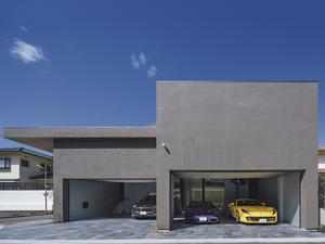 4台の愛車と趣味部屋を内包する広大なガレージのある家【EDGE HOUSE】
