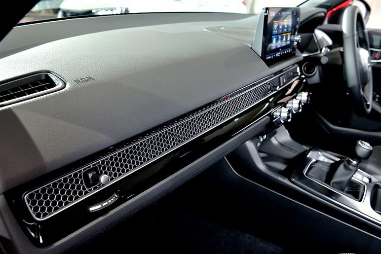 新型シビックは正統派なセダン風5ドアハッチに路線を変更。気になるホンダの狙い&タイプRはいつ登場?