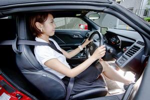 「ハンドルを持つ位置は10時10分」は間違い! 本当に運転が上手くなる「ドライビングポジション」とは