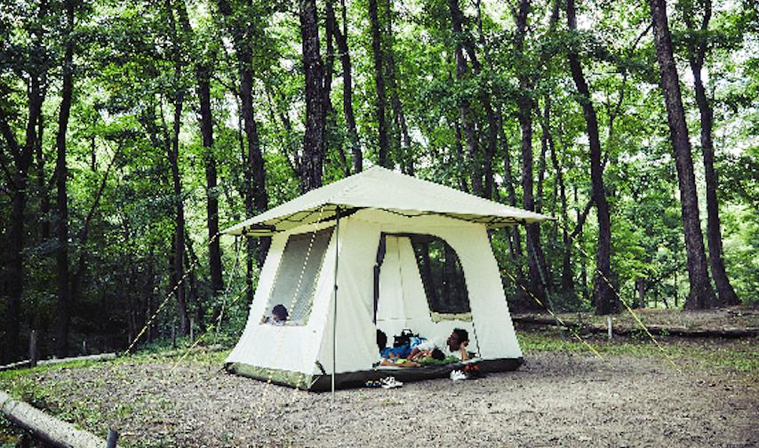 昼はリビング、夜は寝室!クルマと連結させてスペースを有効活用できるコールマンのカーサイドテント