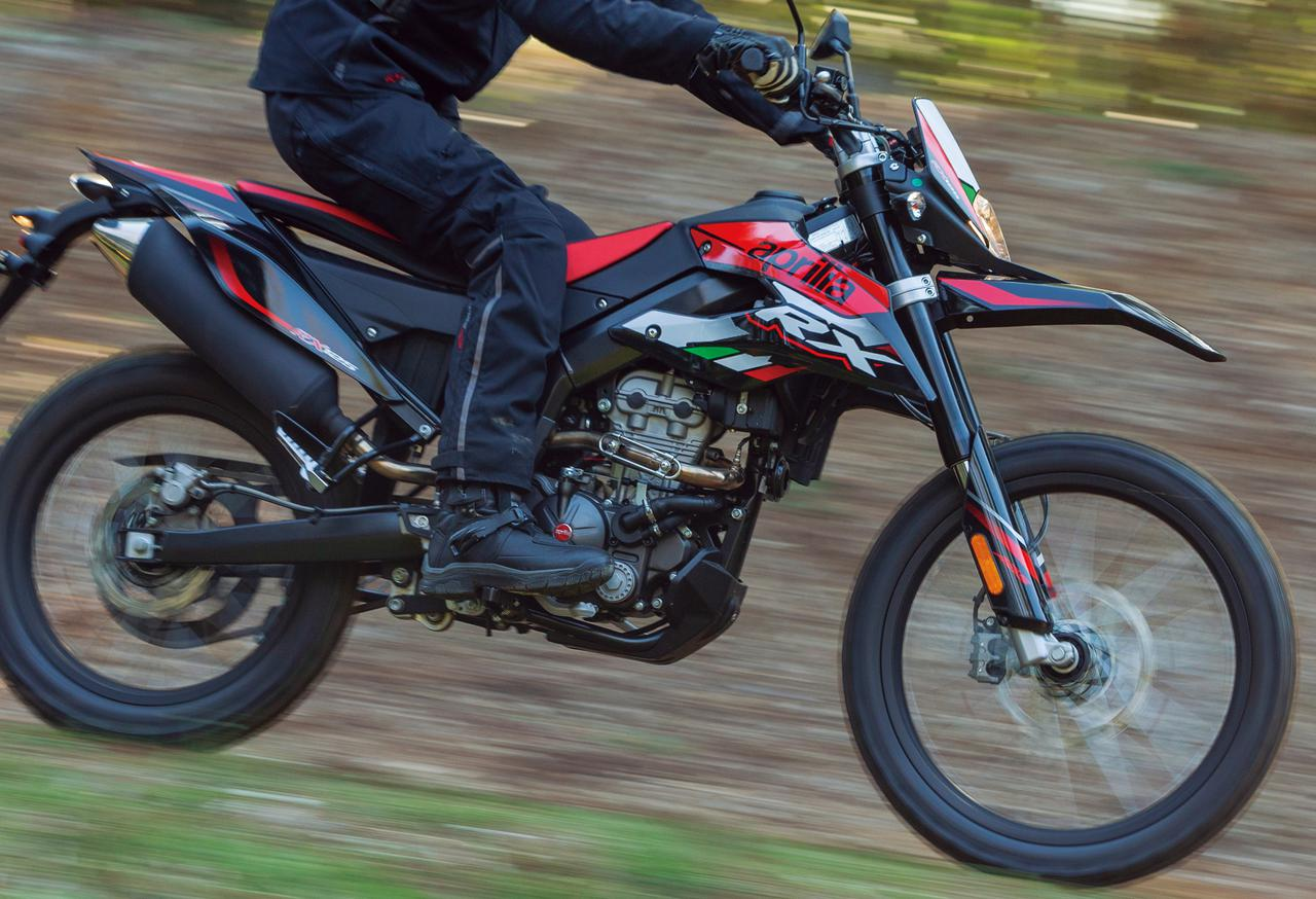 アプリリア「RX125」なら林道&コース走行も存分に楽しめる! 原付二種フルサイズ・オフロードバイクの魅力