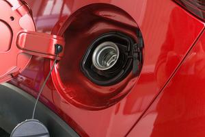 これがわかればガソリンスタンドで困らない!? 自動車の燃料給油口が左右にある理由と見分け方!!