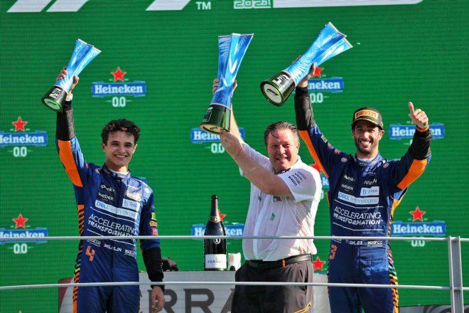 """マクラーレンF1での表彰台獲得を達成したリカルド、""""ヒーロー""""アーンハートのNASCARシボレーをドライブへ"""