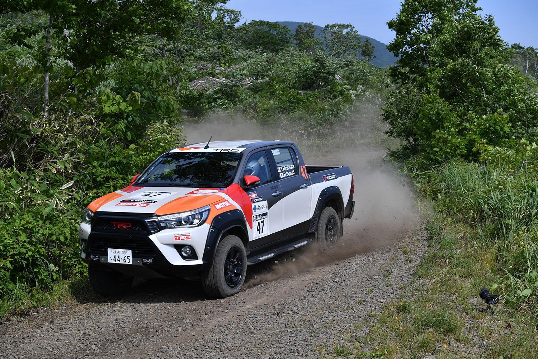 これって「サポートカー」じゃないの? 2台のピックアップトラックが「競技車」として北海道の悪路を爆走した!