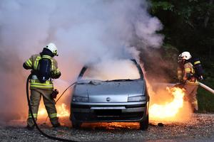 エンジンルームに吊るすだけ! 車両火災を回避する「お手軽消火剤」を実際に使ってみた