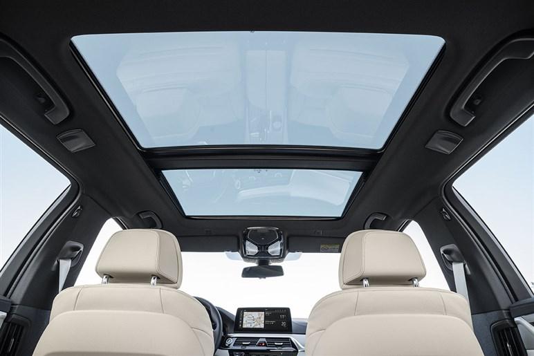 BMW 5シリーズがマイチェンでスッキリ顔に。マイルドHVや先進安全装備を充実