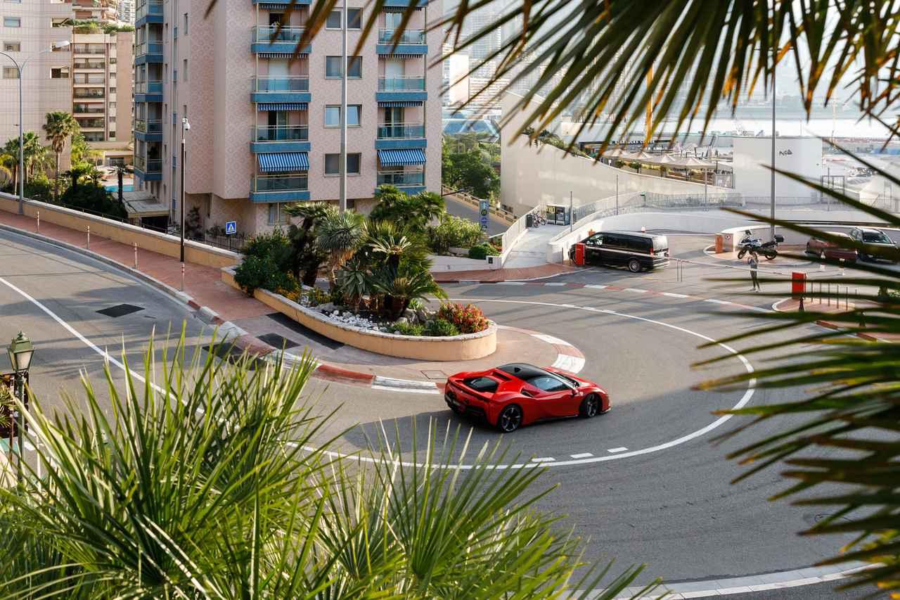 この苦境でがんばる人たちへのメッセージ、ルクレールがフェラーリSF90ストラダーレでモナコを疾走
