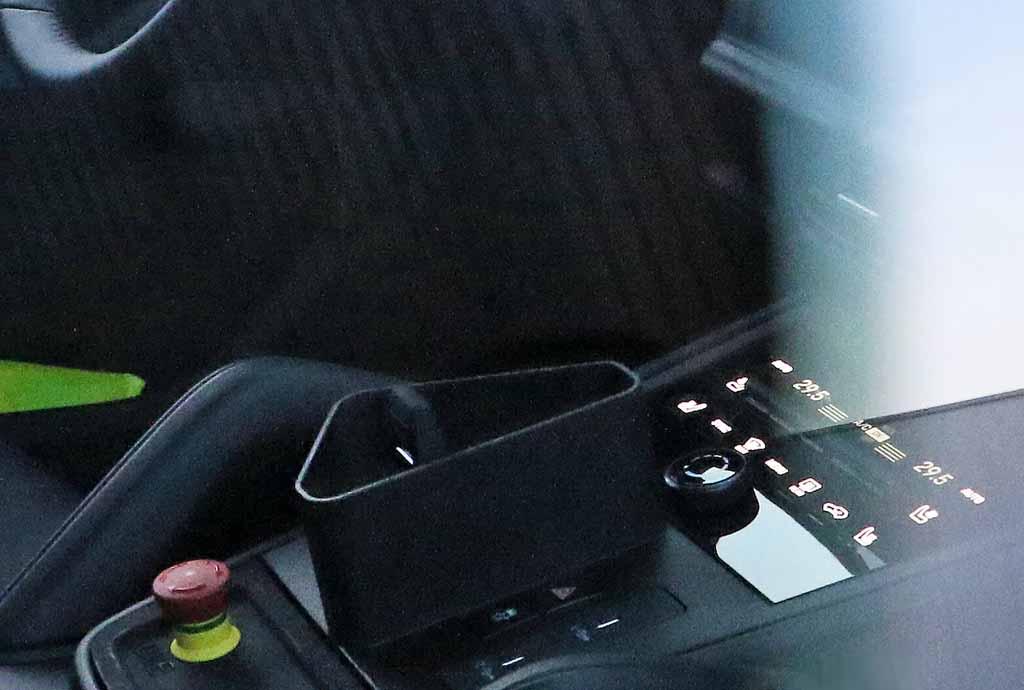 【スクープ】ポルシェ カイエン改良新型、911風ギアシフター見えた!コックピットはフルデジタル化へ