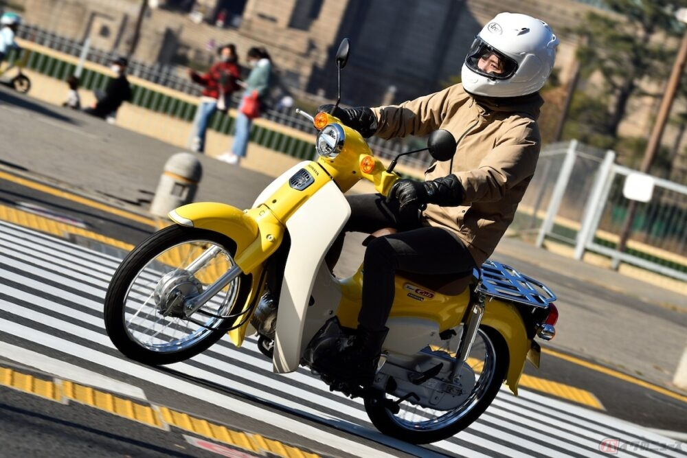 日本のヘリテイジといえばスーパーカブ! 初心者ライダーの高梨はづきが、ホンダのロングセラーモデル「スーパーカブ110」に乗ってみました!