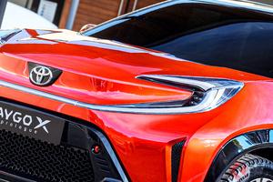 トヨタ新型「アイゴクロス」11月に発表! トヨタ3車種目「クロス」 なぜ似たような車名増えた?