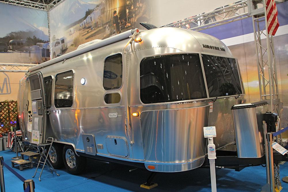 【キャンプは豪華に】内装を一新 エアストリームの主力、フライング・クラウド ジャパンキャンピングカーショー2021