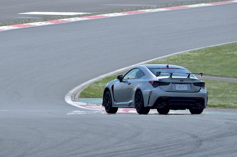 新型 レクサス RC F 目指したのはコーナーをアクセルで曲がれるクルマ