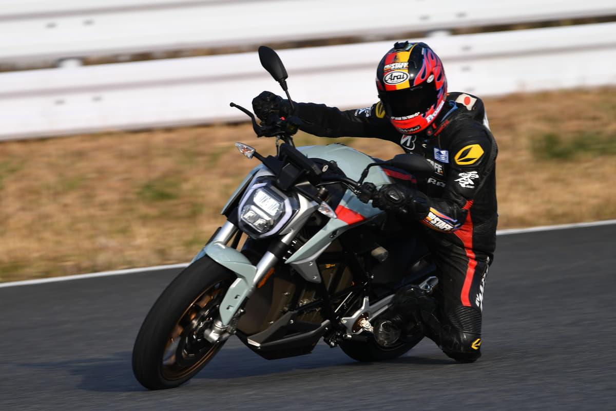 """330万円の高級""""電動""""バイク「SR/F」が日本上陸!モーター出力110馬力の激速モデル"""