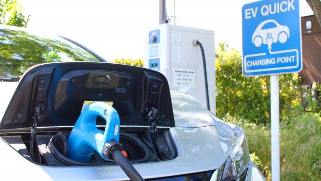 【備えよ常に】電気自動車が電欠になったら/なりそうになったら どうする? 何を準備する?