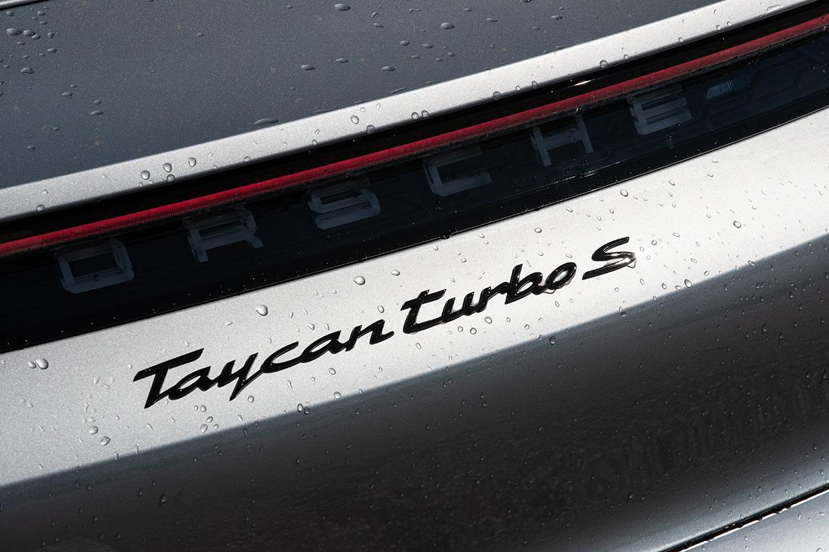 完全な電気自動車なのになぜ? ポルシェ・タイカンに「ターボ」というグレードが存在する謎
