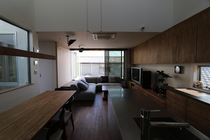 シンボルツリーと、シンボルカーのある住宅【EDGE HOUSE】