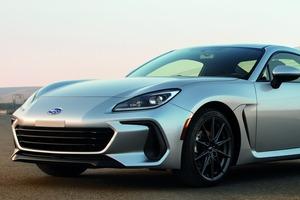 【なぜアメリカで発表?】新型スバルBRZ 日本製スポーツカー、独り勝ち戦略は奏功する? 2.4Lへの拡大の意味