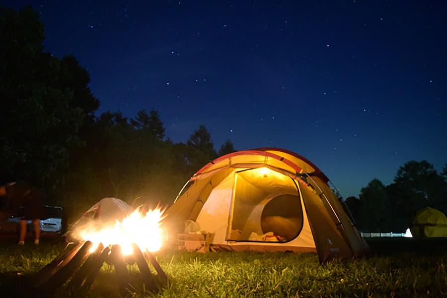 思わぬ「炎上」を防ぐために! 実はキャンプの隠れた必需品「焚き火台」の選び方