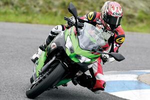 【カワサキ Ninja250 編】チュートリアル福田充徳さんが250ccスポーツバイクを乗り比べ!〈サーキット試乗インプレ〉