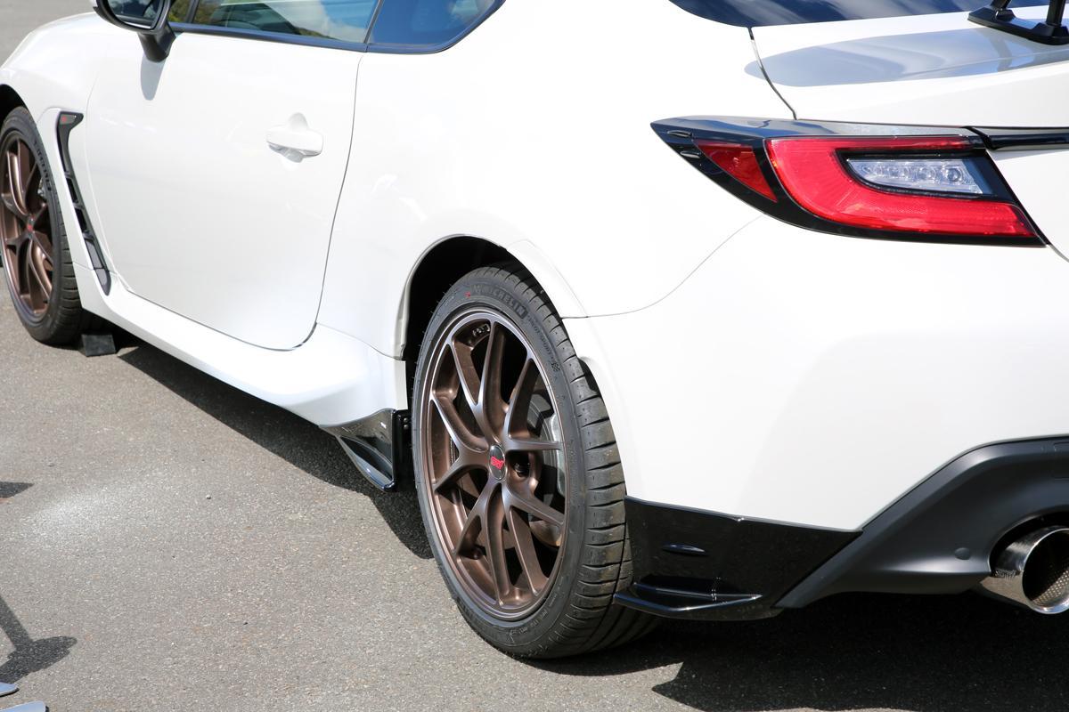 早くも新型BRZの「STIパーツ」装着車を公開! カーボンスポイラーに補剛パーツなど「本気度」全開の中身とは