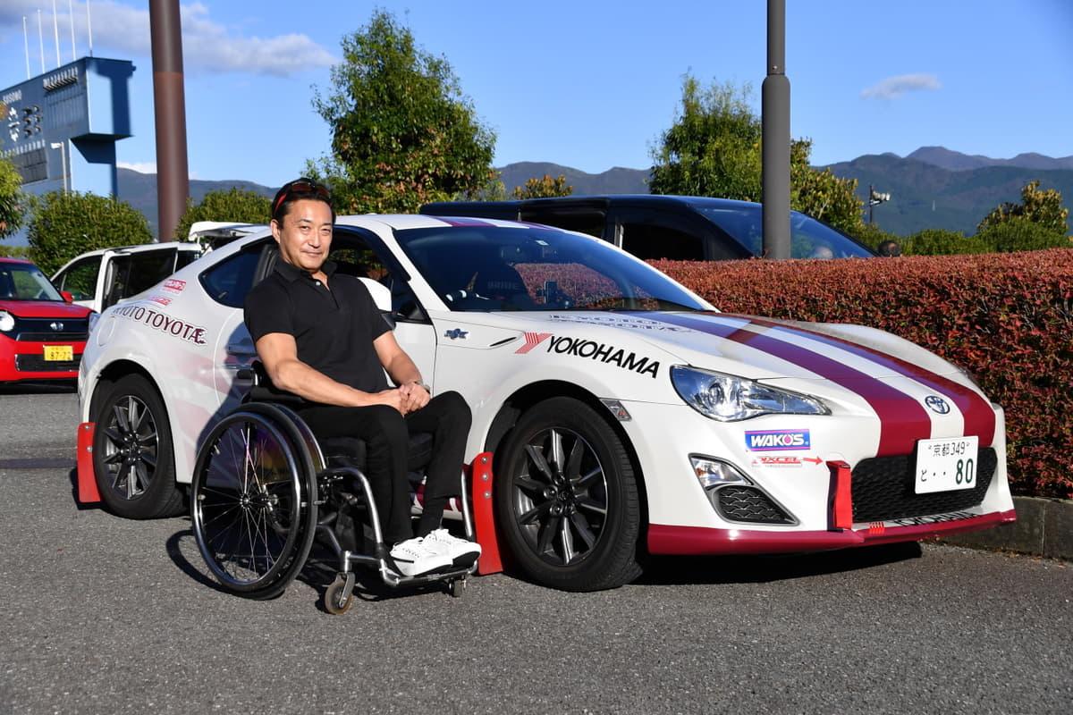 モータースポーツなら「同じ土俵」で勝負可能! 3種の「手動装置」を駆使する車いすラリードライバーの挑戦が熱い