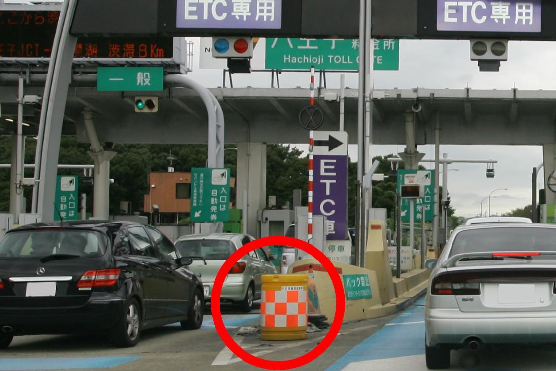 道路で見かける「ど派手なカラーの樽」! 名称すら知らない人多数の物体の「正体」とは